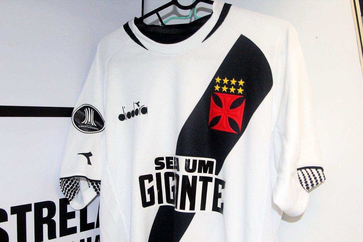 73478b14535d6 Confira fotos das novas camisas do Vasco no vestiário de São ...