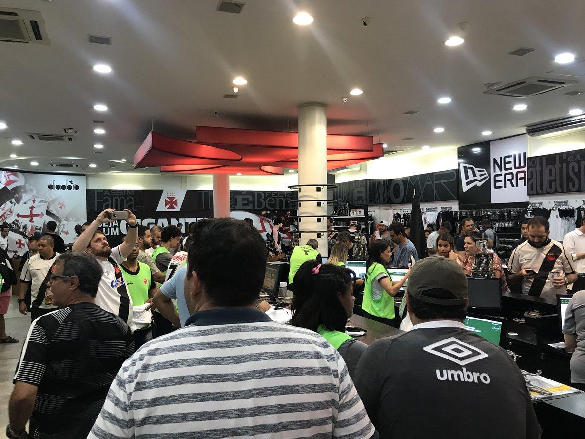 Camisa nova do Vasco da Diadora já é sucesso de vendas. Estou aqui na  megaloja de SJ e só restam QUATRO e tamanho PP. Venderam TUDO! 0d87c65058f3c