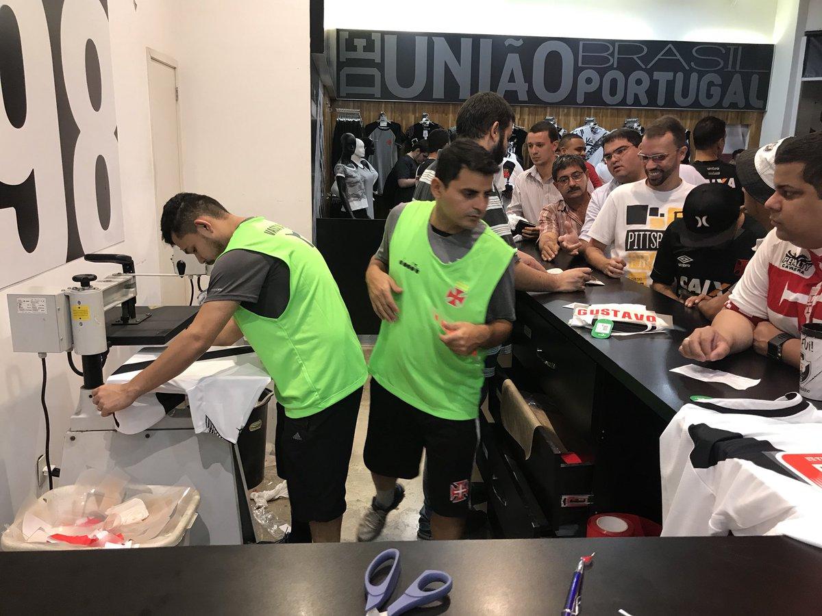 Camisa nova do Vasco é sucesso de vendas na megaloja de São Januário ... f9d210460f918