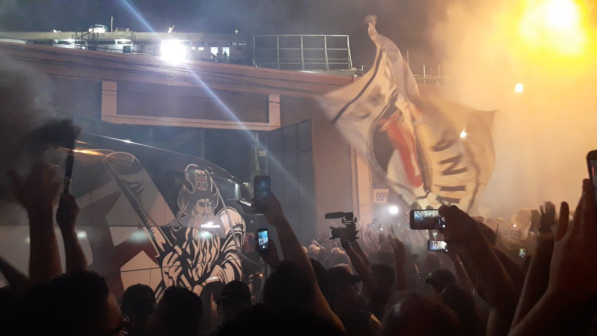 Ônibus do Vasco chega a São Januário aos gritos de  time da virada ... 8fde1c1ef0472