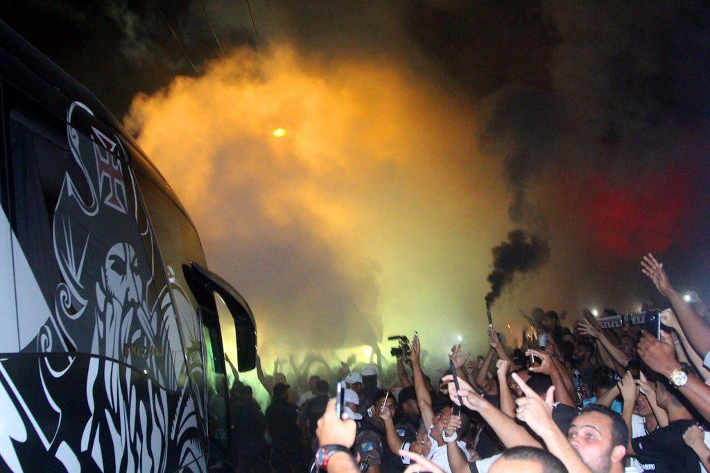 Veja fotos da recepção da torcida à chegada do ônibus do Vasco a São ... 101643ac83a81