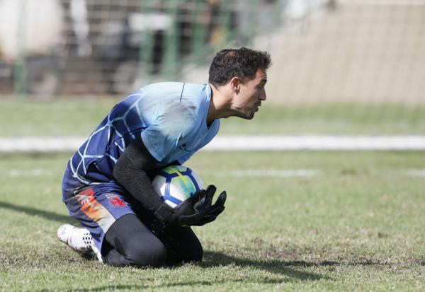 Martín Silva faz defesa durante trieno no CT das Vargens