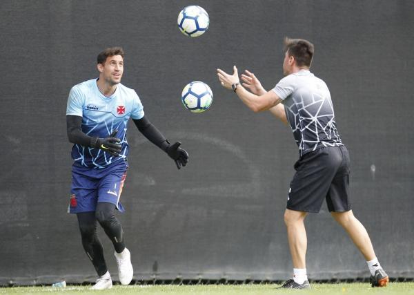 Martín Silva e o treinador de goleiros Thiago Mehl