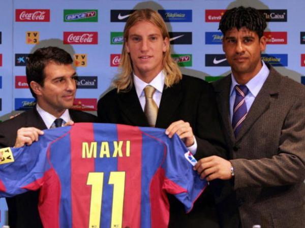 Maxi López sendo apresentado no Barcelona pelo técnico holandês Frank Rijkaard