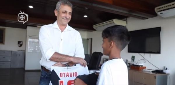 Campello troca camisa com Otávio: relíquia feita por menino ficará no futuro museu