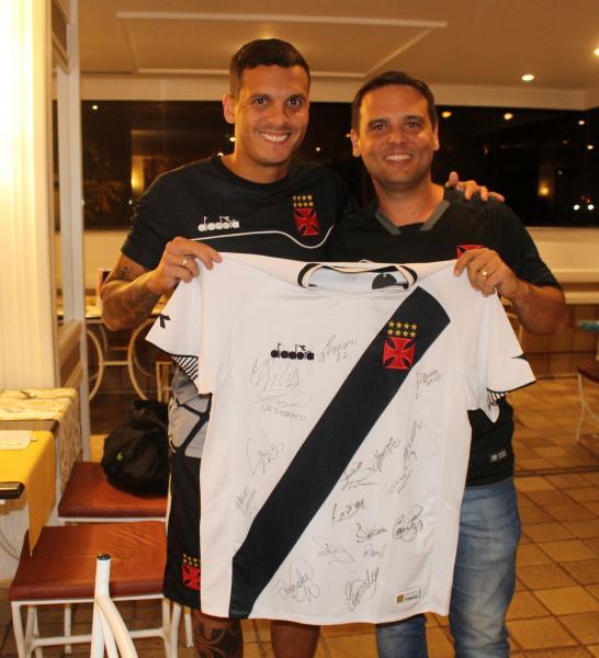 Huellinton Ramos Dias resgatou uma camisa autografada pelo grupo