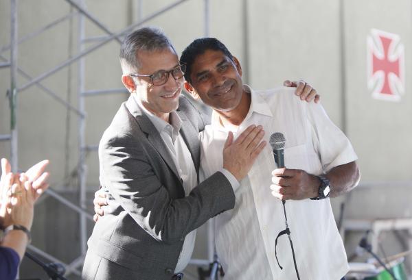 Acácio recebe o abraço de Alexandre Campello após homenagem