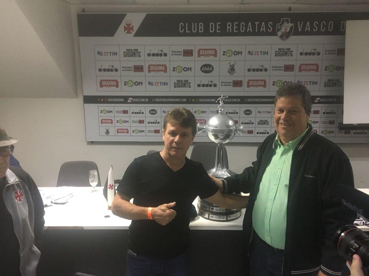 Campeões da Libertadores estão em São Januário para homenagens  veja ... d02c1ddd67fa2