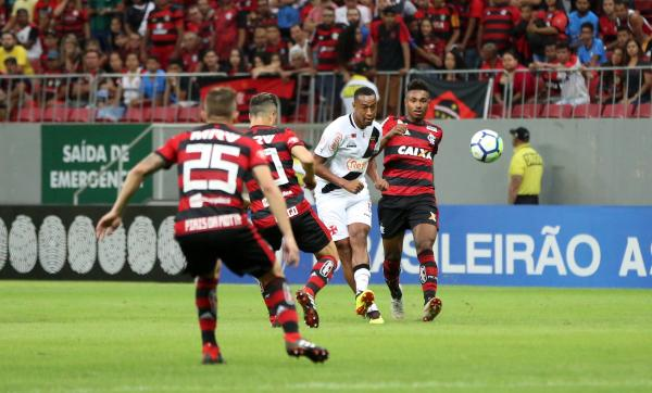 Fabrício em ação contra o Flamengo no Mané Garrincha