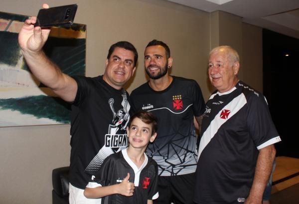 Leandro Castan posa para foto com família vascaína