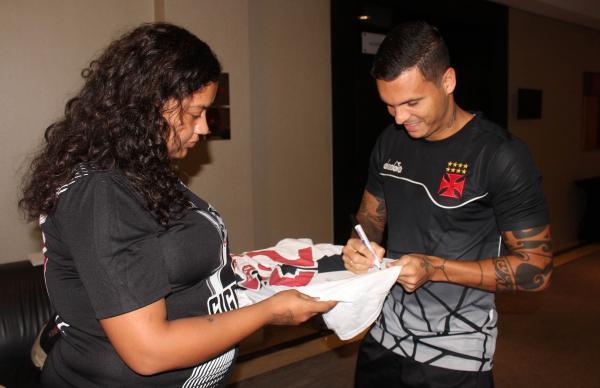 Ramon distribui autógrafo durante o Gigantes Visitam
