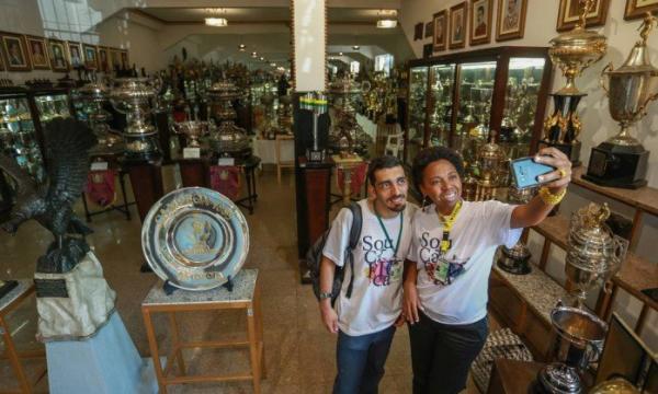 Vitórias. Arthur e Cris na sala de troféus: histórias que superam rivalidades