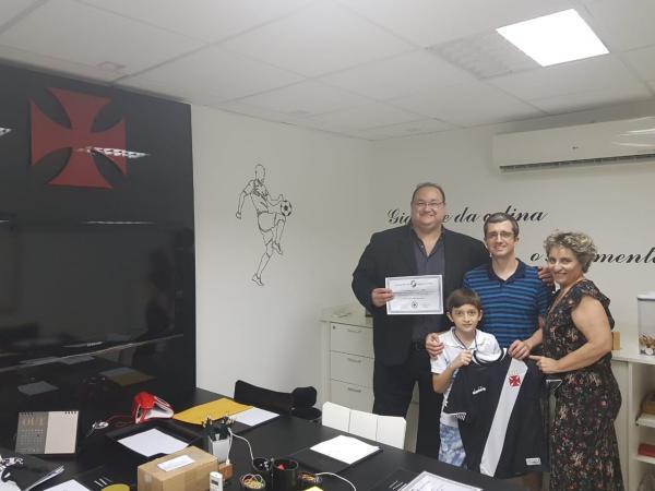 Luis Henrique e Luis Antonio recebem as homenagens das mãos de Marcos Macêdo e Sônia Andrade