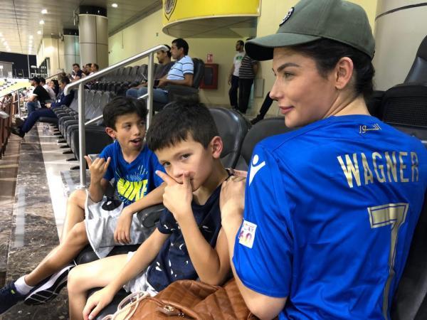 Os filhos Yuri e Noah, além da esposa Lia, vão ao estádio em todos os jogos de Wagner. No Vasco, o jogador não tinha coragem de levá-los