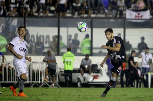 Andrey tenta lançamento em Vasco 1 x 2 Botafogo, em junho. Volante marcou o gol cruzmaltino na partida.