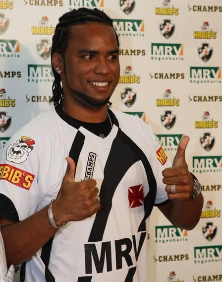Carlos Alberto foi apresentado com camisa polêmica