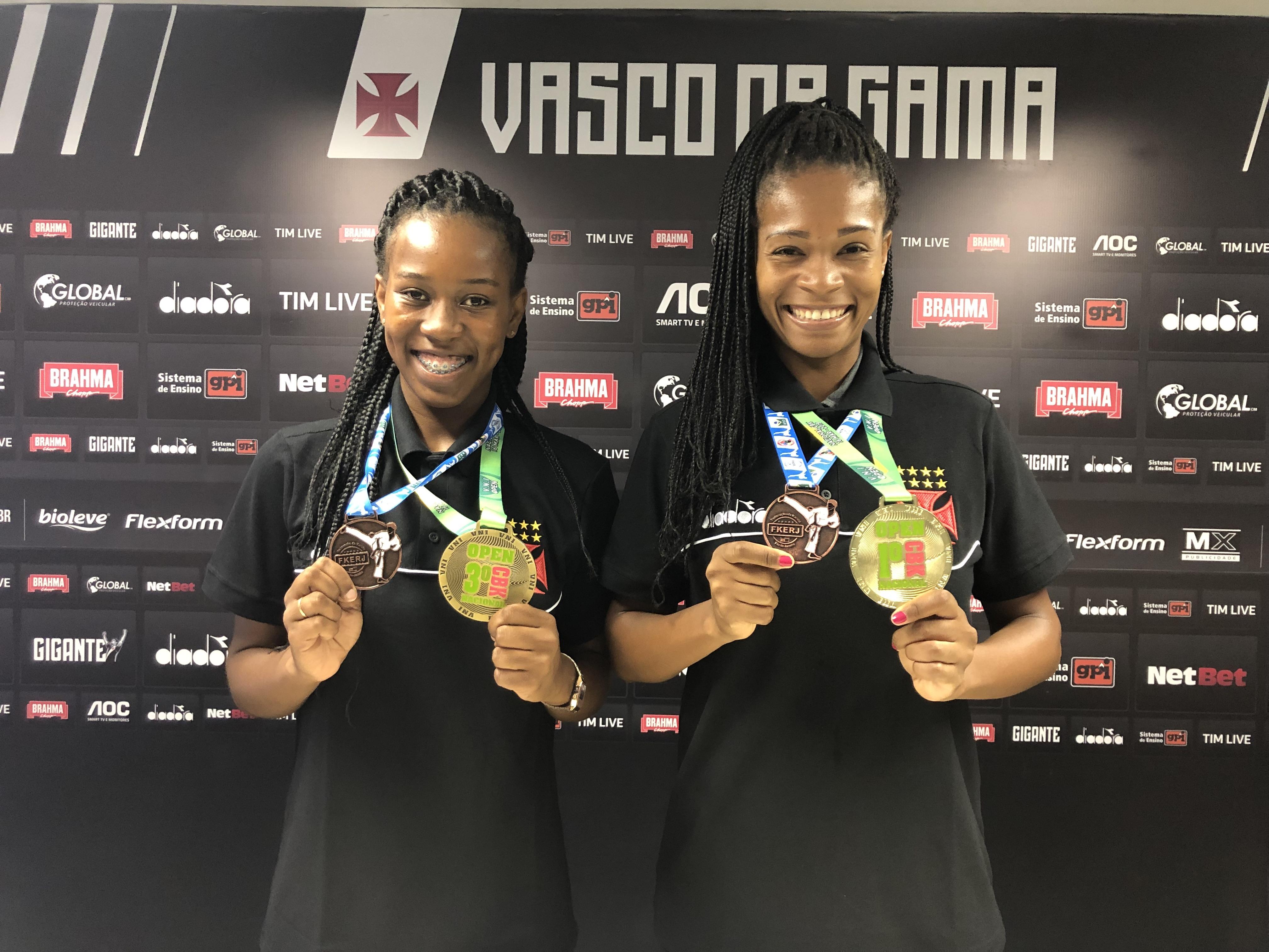 Camila e Juliana posaram com as medalhas em São Januário