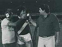 Dinamite é entrevistado por Fausto Silva, então repórter esportivo