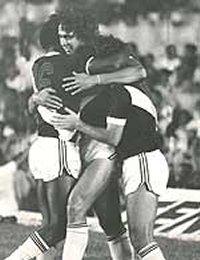 Dinamite comemora um de seus 5 gols contra o Corinthians