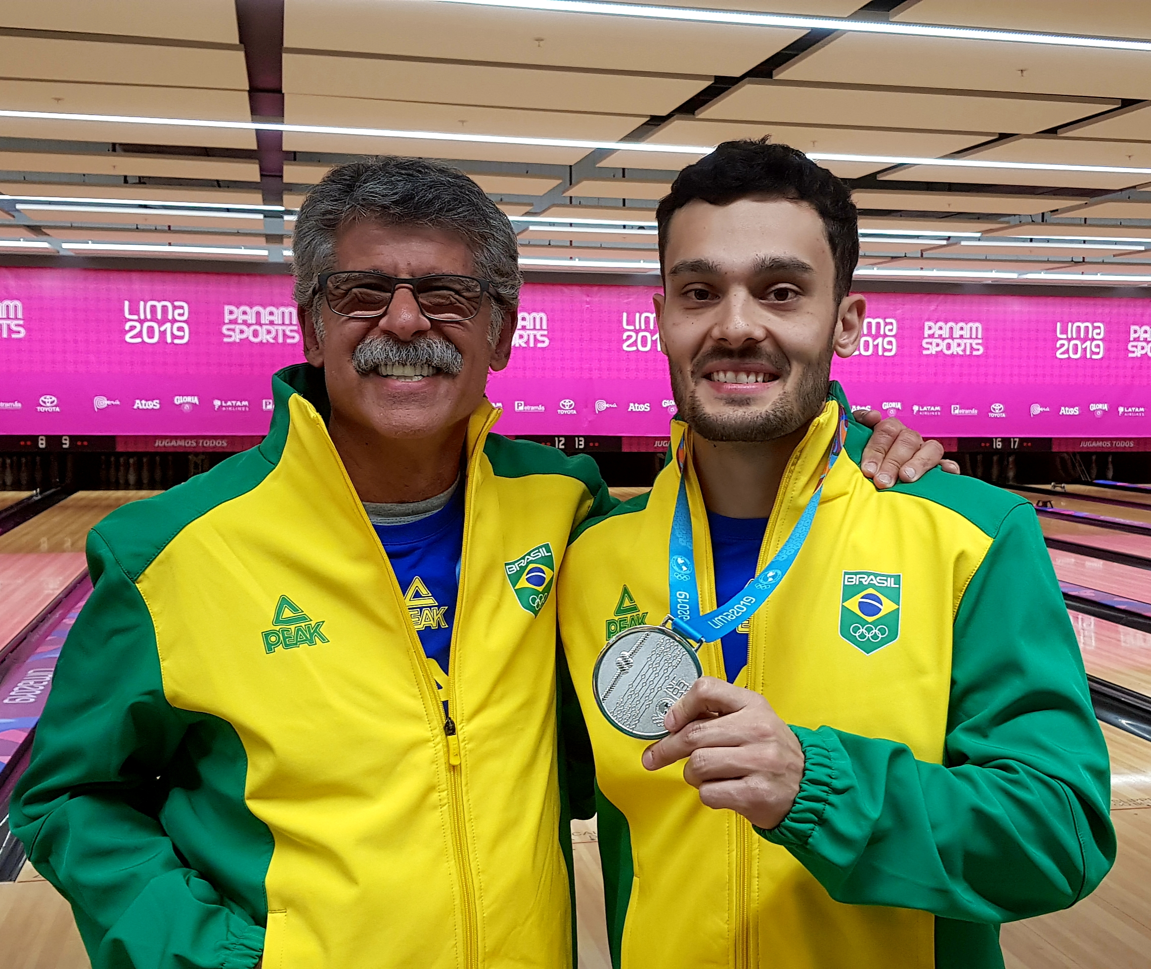 Márcio Vieira (atleta do Vasco e técnico do Brasil) e Marcelo Suartz (atleta do Vasco) com a medalha de prata do Pan 2019