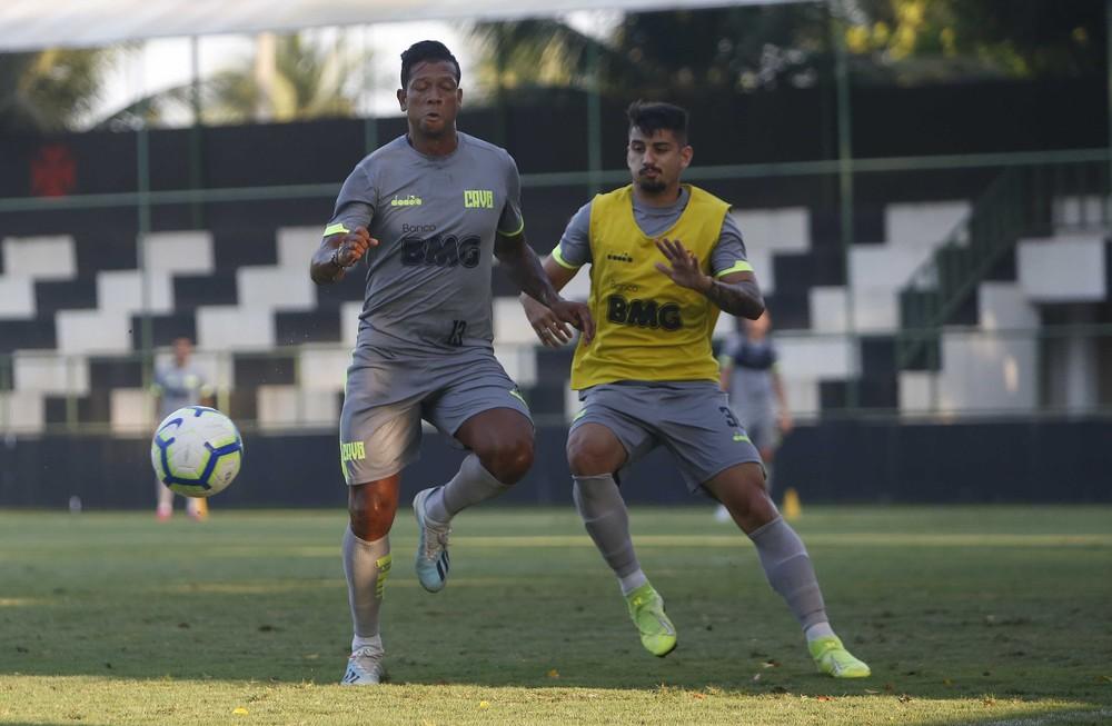 Ricardo Graça disputa bola com Fredy Guarín