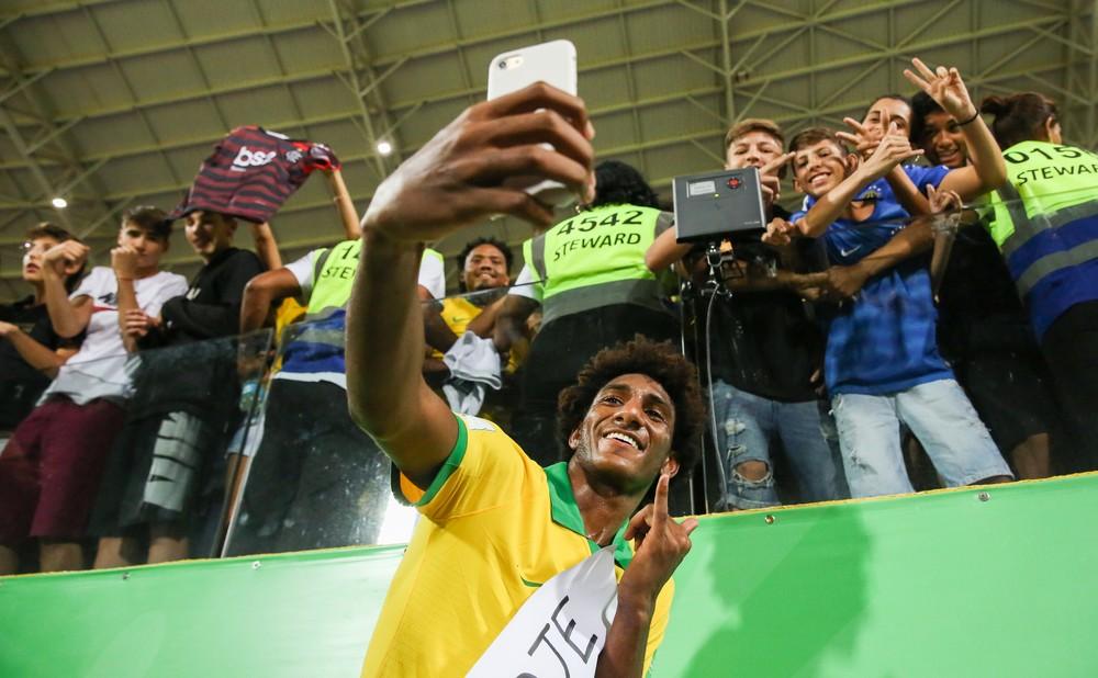 Talles Magno carrega cartaz de torcedor e faz selfie no Estádio Olímpico, em Goiânia