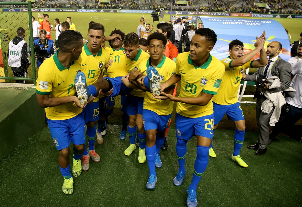 Talles Magno é retirado de campo pelos companheiros de seleção brasileira