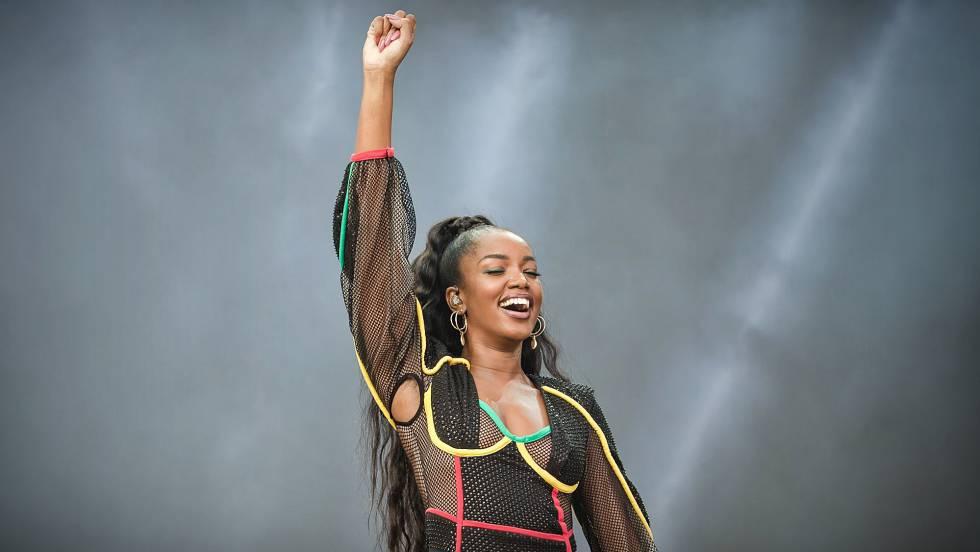 Iza durante apresentação no festival Lollapalooza. Em vídeo, cantora fala sobre racismo