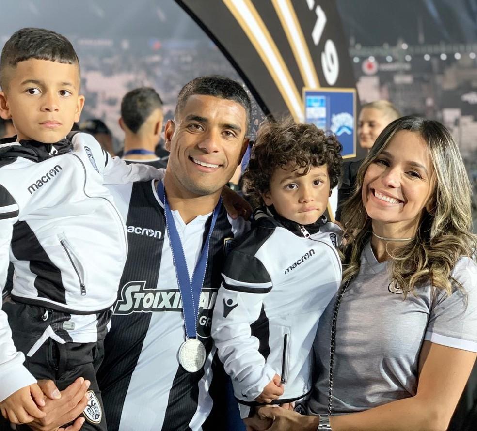 Titular do PAOK, Léo Matos comemorou o título grego com a família