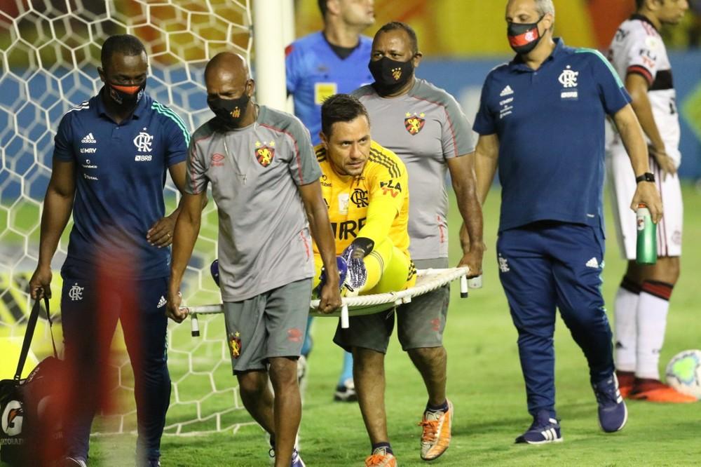Diego Alves deixa o gramado com problema muscular