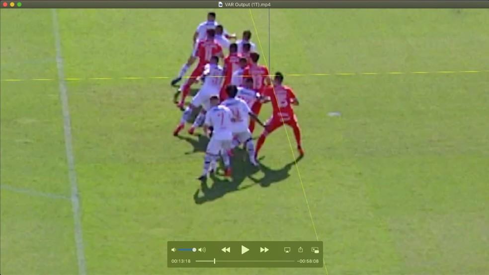 Confira a marca da linha amarela, que marca o ombro de Rodrigo Dourado, do Inter, contra o Vasco