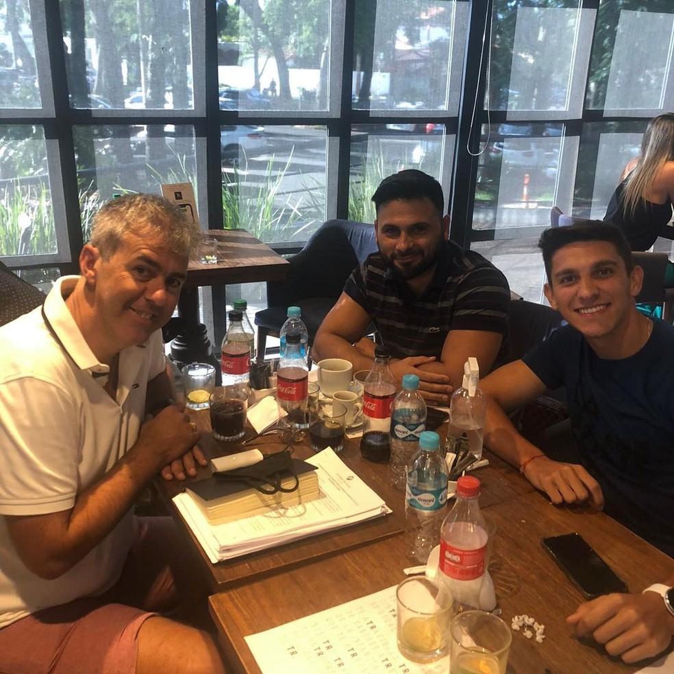 Empresário Regis Marques com Maxi e Ovelar, à direita. Na mesa, contrato de Fernández