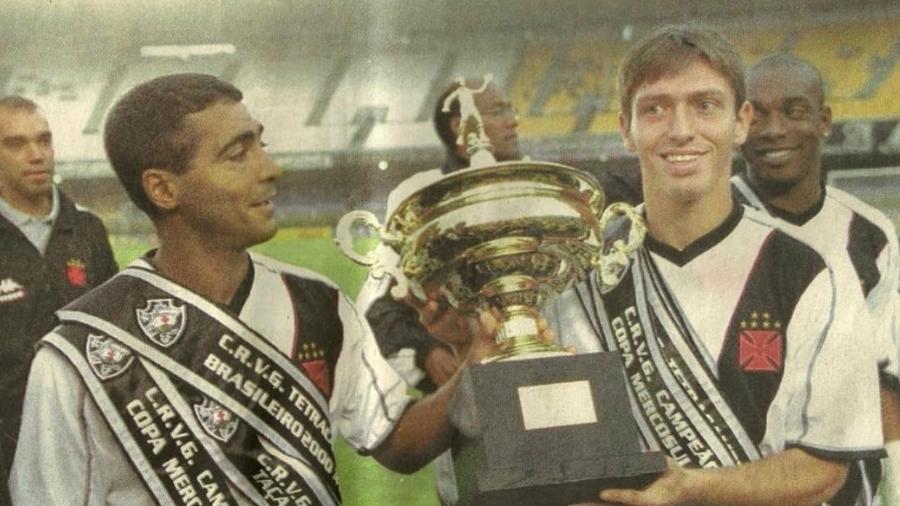 Siston ao lado de Romário na entrega das faixas de ano mágico do Vasco em 2000, quando ele subiu ao profissional