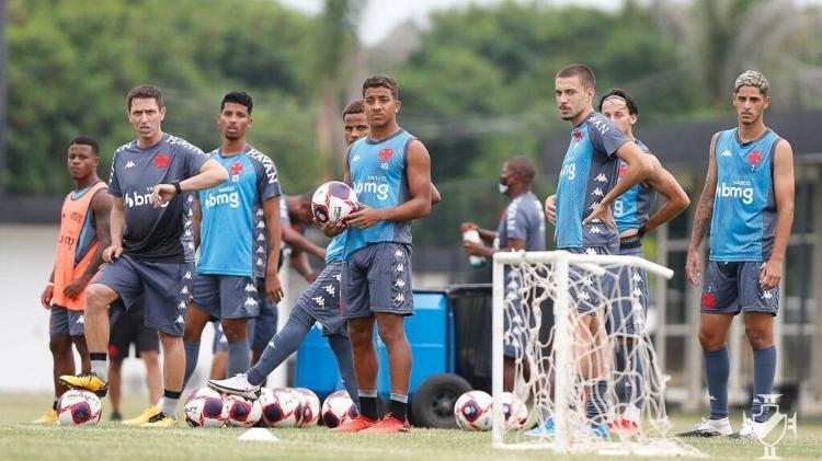 Diogo Siston (de cinza) em treino com a equipe sub-20 do Vasco que disputa o Campeonato Carioca
