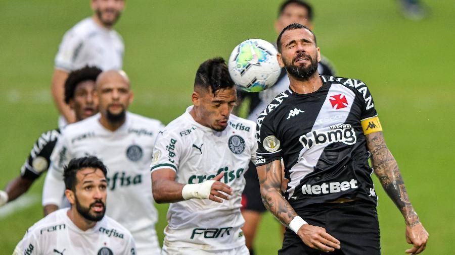 Leandro Castán e Gabriel Menino disputam bola no jogo Vasco x Palmeiras do Brasileirão 2020