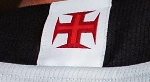 Cruz de Malta nas costas do terceiro uniforme