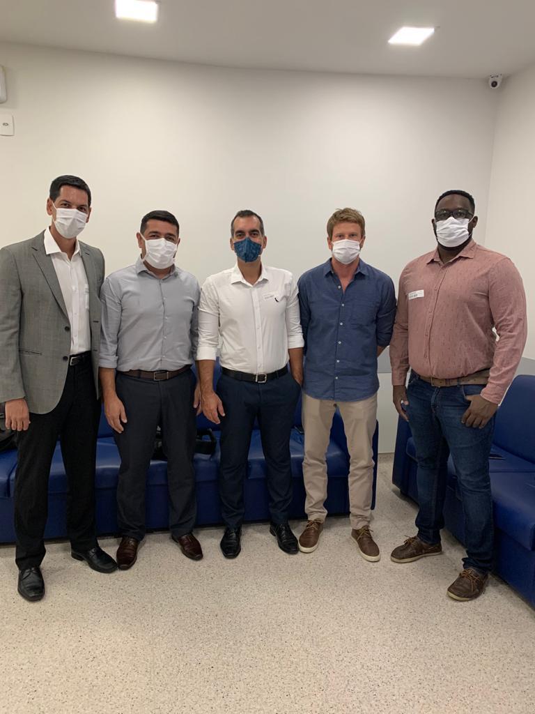 Equipe médica do Vasco da Gama posa para foto após a cirurgia: Dr. Gustavo Caldeira (diretor médico), Dr. Ricardo Bastos, Dr. Marcos Fernandes, Dr Marcos Neves (anestesista) e Bruno Ricardo (instrumentador)