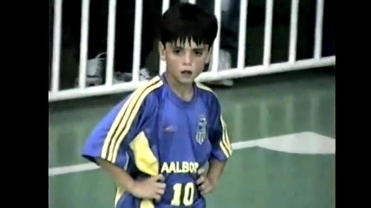 Gabriel Pec, com 9 anos, jogando na equipe de futsal do Carangola, time amador de Petrópolis (RJ), sua cidade