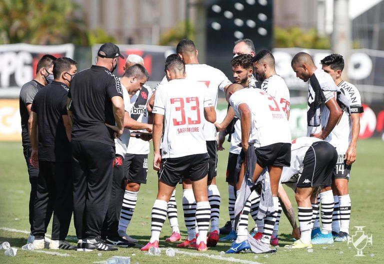 Marcelo Cabo conversa com os jogadores do Vasco