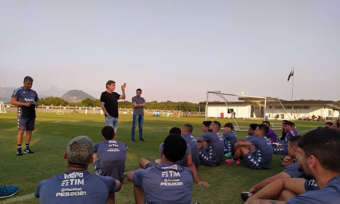 Jorge Salgado conversa com jogadores no CT do Vasco