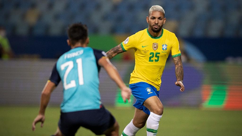 Douglas Luiz vem usando a camisa 25 na Copa América. Antes, há só a 23. A 24 foi pulada no Brasil