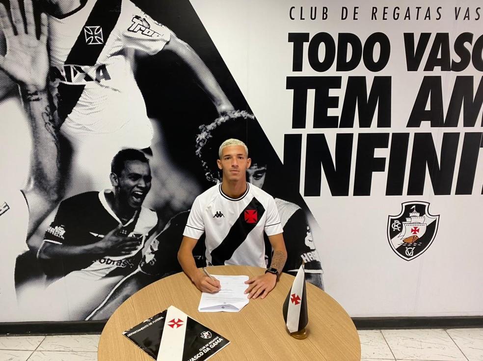 Arthur Sales assina renovação com o Vasco