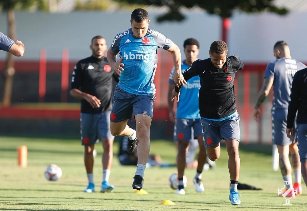 Morato e João Pedro participam de treino do Vasco no CT do Atlético-GO