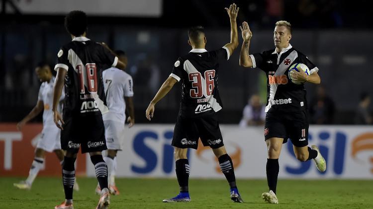 Maxi López comemora gol do Vasco contra o Atlético-MG