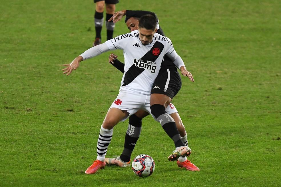 Andrey voltou ao time titular contra o Botafogo. Troca de volantes é constante no Vasco