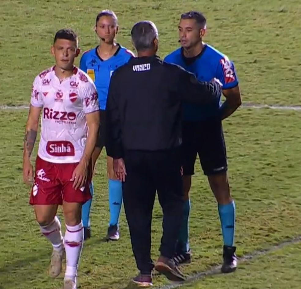 Árbitro Felipe Fernandes de Lima causou polêmica no jogo entre Vasco e Vila Nova