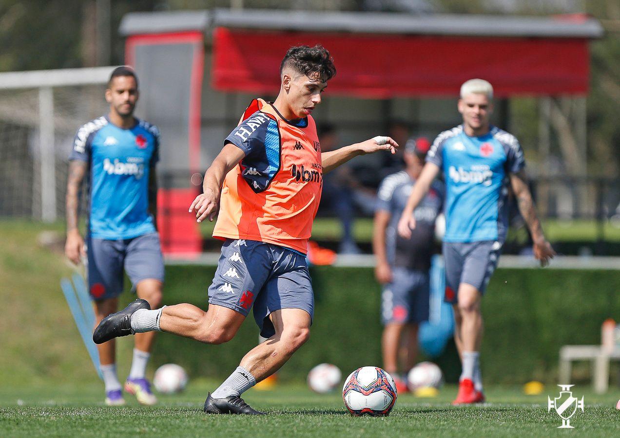 Sarrafiore toca a bola observado por Romulo e Gabriel Pec