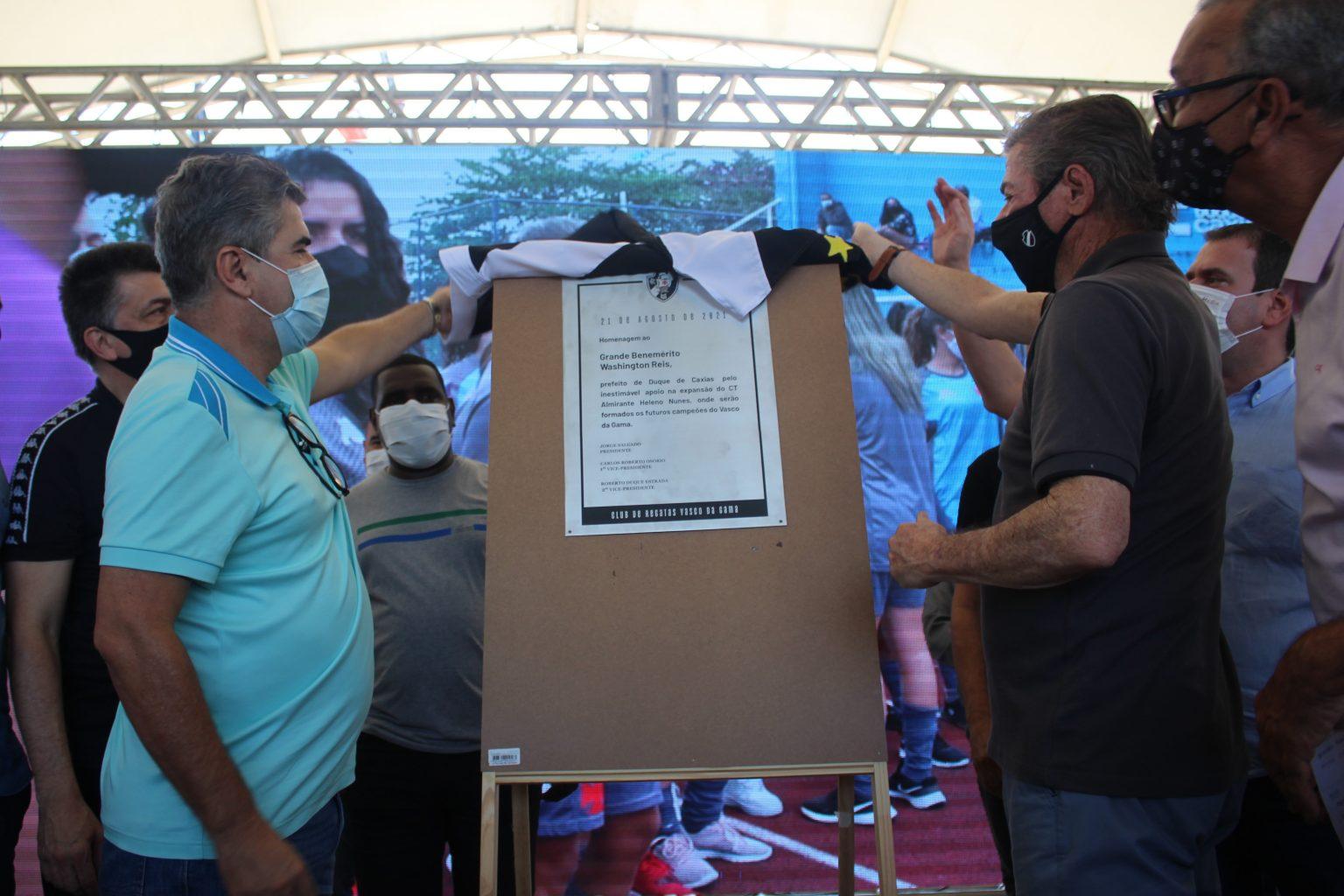 Prefeito de Duque de Caxias, Washington Reis recebe placa pelo apoio da expansão do CT