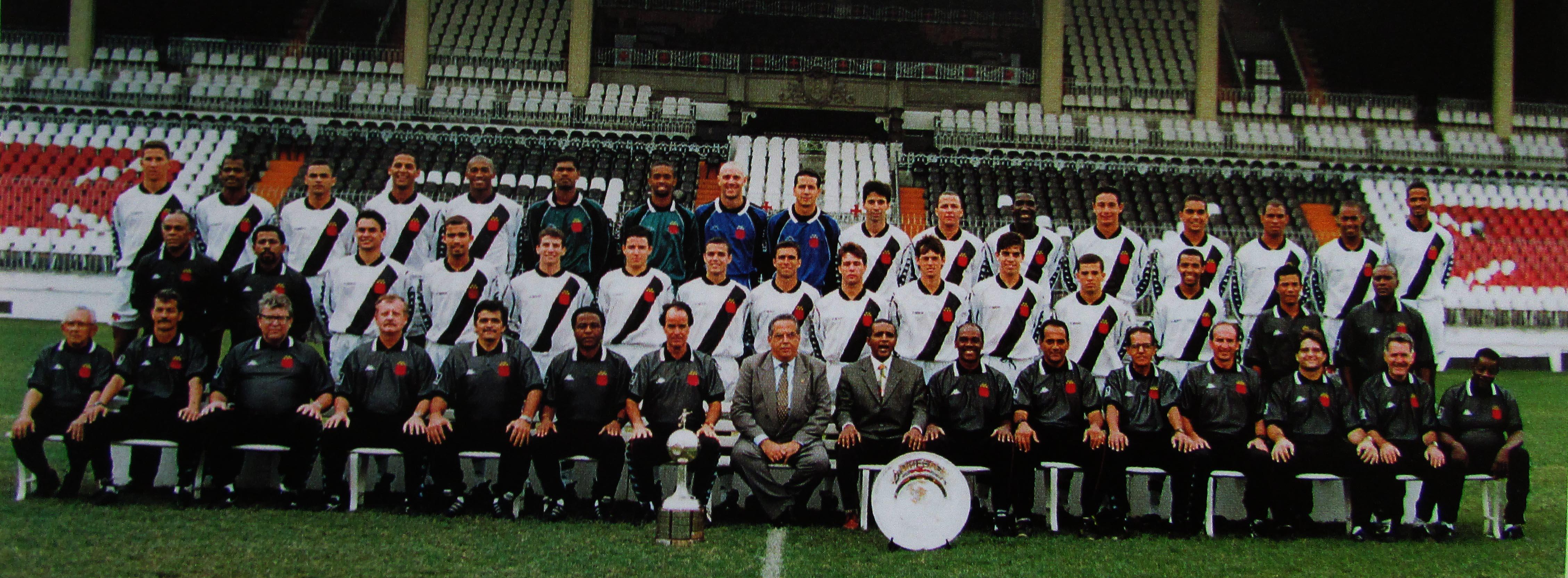 Bebeto de Oliveira é o 2º à direita de Eurico Miranda