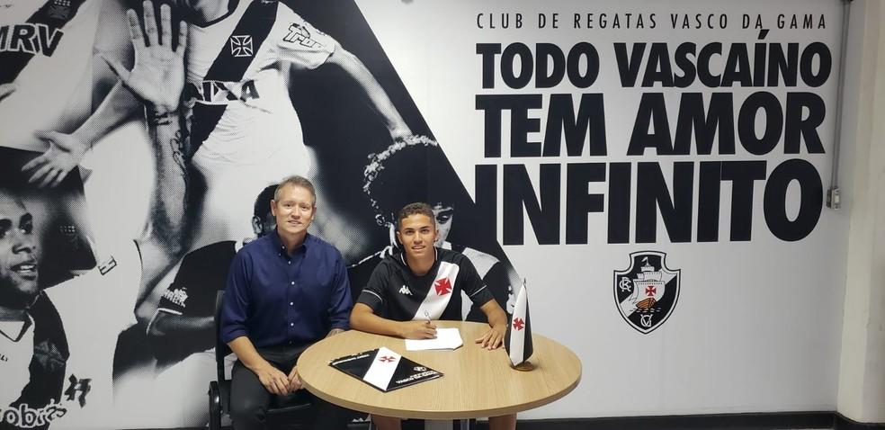 Paulinho assina contrato com o Vasco ao lado de um de seus empresários, Wagner Assunção, CEO da HW Sports